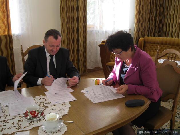 Umowę podpisali Zenon Bugno, dyrektor Oddziału Budownictwa Ogólnego Skanska oraz burmistrz Leska Barbara Jankiewicz
