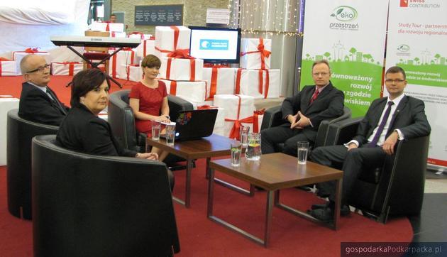 Debata Regionalna w Millenium Hall. Od lewej Andrzej Kulig, Krystyna Wróblewska, Bernadeta Szczypta (prowadząca), Jaromir Reizer i Jacek Adamowicz. Fot. Adam Cyło
