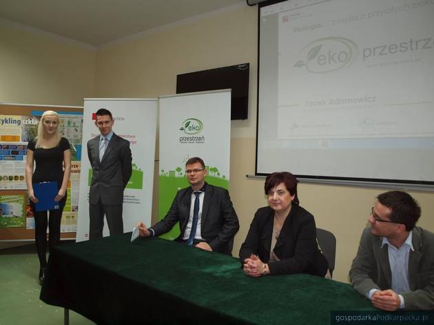 Prelegenci konferencji w ZSO nr 3. Jacek Adamowicz, Krystyna Wróblewska i dyrektor ZSO Tomasz Pajęcki. Fot. EkoPrzestrzeń