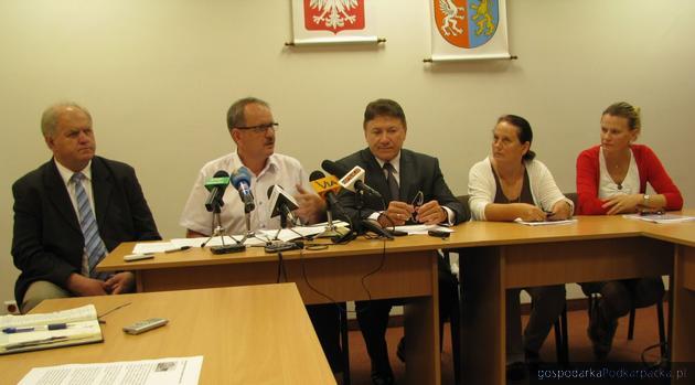 Od lewej: Jan Fołta z Markowej, Fryderyk Kapinos (Taurus), wicemarszałek Lucjan Kuźniar, przedstawicielki zakładów mięsnych z Radomyśla Wielkiego. Fot. Adam Cyło