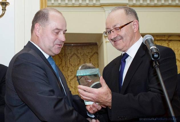 Od lewej Ryszard Jania, prezes Pilkington Automotive oraz Mieczysław Kasprzak, wiceminister gospodarki, fot. DG ART Projects
