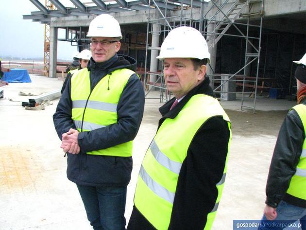 Od lewej: kierownik budowy Tomasz Polek i marszałek Władysław Ortyl. Fot. Adam Cyło