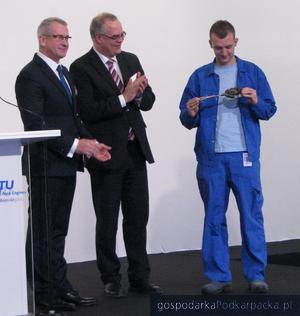 Krzysztof Zuzak i Rainer Martens przekazli symboliczny klucz do zakłądu jednemu z nowych pracowników. Fot. Adam Cyło